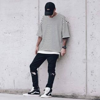 Cómo combinar: camiseta con cuello circular de rayas horizontales en blanco y negro, vaqueros desgastados negros, zapatillas altas en negro y blanco, gorra de béisbol negra