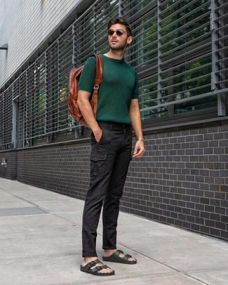 Cómo combinar: camiseta con cuello circular de punto verde oscuro, pantalón cargo negro, sandalias de cuero verde oscuro, mochila de cuero marrón
