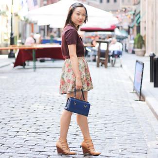 Cómo combinar: camiseta con cuello en v burdeos, minifalda con print de flores blanca, sandalias con cuña de cuero marrón claro, cartera de cuero azul marino