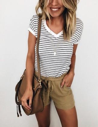 Cómo combinar: camiseta con cuello en v de rayas horizontales en blanco y negro, pantalones cortos marrónes, bolso bandolera de cuero marrón, colgante dorado