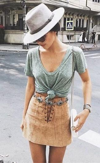 Cómo combinar: camiseta con cuello en v gris, minifalda de ante marrón claro, bolso bandolera de cuero blanco, sombrero de lana gris
