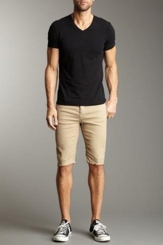Cómo combinar: camiseta con cuello en v negra, pantalones cortos marrón claro, tenis de lona en negro y blanco