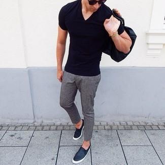 Cómo combinar: camiseta con cuello en v negra, pantalón chino de lana gris, zapatillas slip-on de cuero negras, gafas de sol negras
