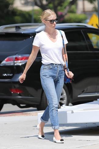 Cómo combinar: camiseta con cuello en v blanca, vaqueros boyfriend azules, zapatos de tacón de cuero en blanco y negro, bolso bandolera de cuero con print de flores azul