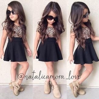 Cómo combinar: camiseta de leopardo marrón claro, falda negra, botas en beige