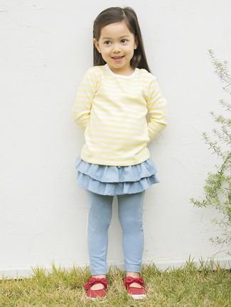Cómo combinar: camiseta de manga larga amarilla, leggings celestes, bailarinas rojas