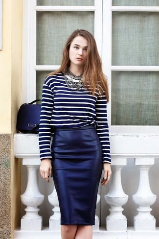 Cómo combinar: camiseta de manga larga de rayas horizontales azul marino, falda lápiz de cuero azul marino, bolso de hombre de cuero azul marino, collar plateado