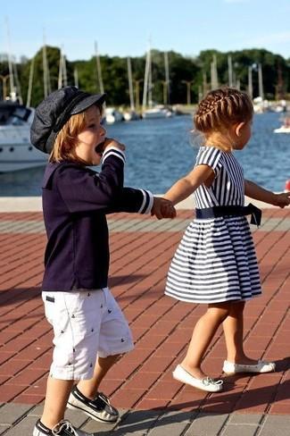 Cómo combinar: camiseta de manga larga azul marino, pantalones cortos blancos, náuticos azul marino