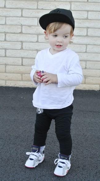 Cómo combinar: camiseta de manga larga blanca, pantalón de chándal negro, zapatillas blancas, gorra de béisbol negra