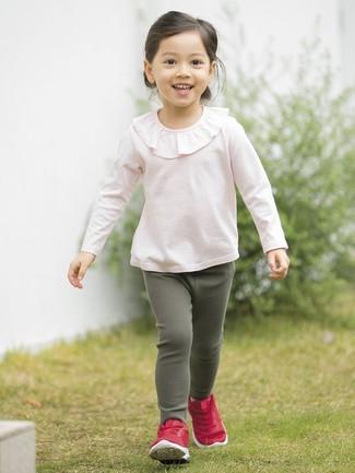 Cómo combinar: camiseta de manga larga con volante rosada, leggings verde oscuro, zapatillas rojas