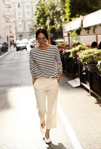Cómo combinar: camiseta de manga larga de rayas horizontales en blanco y azul marino, falda pantalón en beige, bailarinas de cuero blancas