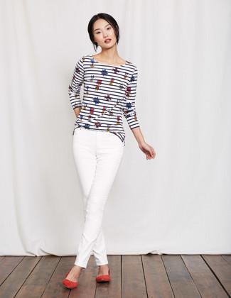 Cómo combinar: camiseta de manga larga de rayas horizontales en blanco y azul marino, vaqueros pitillo blancos, bailarinas de ante rojas