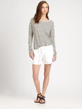 Cómo combinar: camiseta de manga larga de rayas horizontales en blanco y negro, pantalones cortos blancos, sandalias de dedo de cuero negras