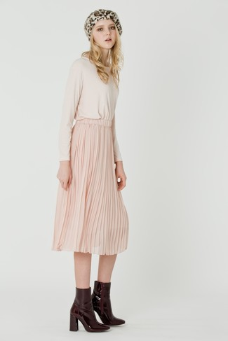 Cómo combinar: camiseta de manga larga en beige, falda midi plisada rosada, botines de cuero burdeos, boina de leopardo en beige