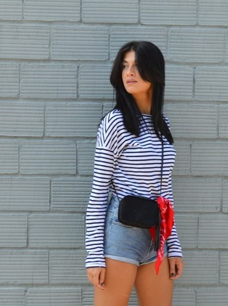 Cómo combinar: camiseta de manga larga de rayas horizontales en blanco y azul marino, pantalones cortos vaqueros celestes, bolso bandolera de cuero negro, bandana roja