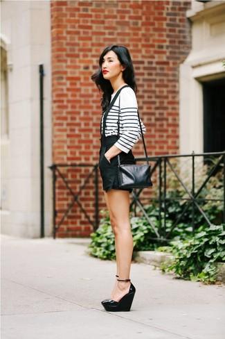 Cómo combinar: camiseta de manga larga de rayas horizontales en blanco y azul marino, pantalones cortos negros, zapatos con cuña de cuero negros, bolso bandolera de cuero negro