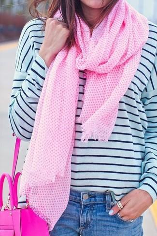 Cómo combinar: camiseta de manga larga de rayas horizontales en blanco y azul marino, vaqueros azules, bolso bandolera de cuero rosa, bufanda rosada