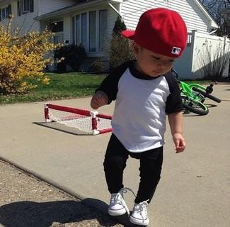 Cómo combinar: camiseta de manga larga en blanco y negro, pantalón de chándal negro, zapatillas blancas, gorra de béisbol roja