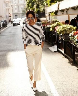 Cómo combinar: camiseta de manga larga de rayas horizontales en blanco y negro, pantalones anchos blancos, bailarinas de cuero blancas, gafas de sol grises
