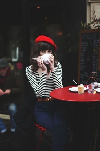 Cómo combinar: camiseta de manga larga de rayas horizontales en blanco y negro, vaqueros azul marino, boina roja, correa de cuero marrón