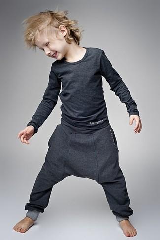 Cómo combinar: camiseta de manga larga en gris oscuro, pantalón de chándal en gris oscuro