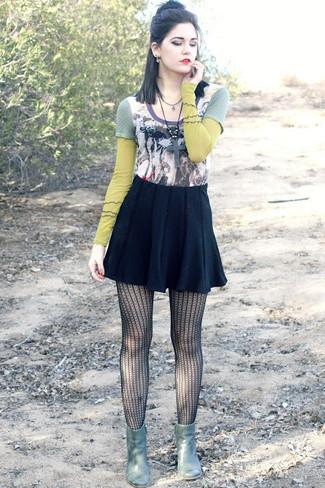 Cómo combinar: camiseta de manga larga estampada en multicolor, falda skater negra, botines de cuero verde oliva, medias de red negras