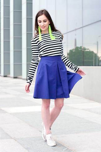Cómo combinar: camiseta de manga larga de rayas horizontales en negro y blanco, falda campana azul, tenis blancos, pendientes verdes