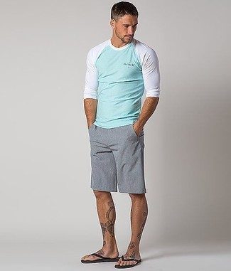 Cómo combinar: camiseta de manga larga en verde menta, pantalones cortos grises, chanclas negras