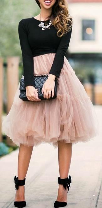 Cómo combinar: camiseta de manga larga negra, falda campana de tul rosada, zapatos de tacón de ante negros, bolso de hombre de cuero acolchado negro