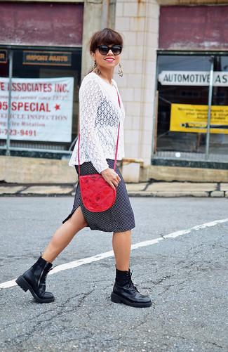 Cómo combinar: camiseta de manga larga de encaje blanca, falda lápiz a lunares en negro y blanco, botas planas con cordones de cuero negras, bolso bandolera de cuero rojo