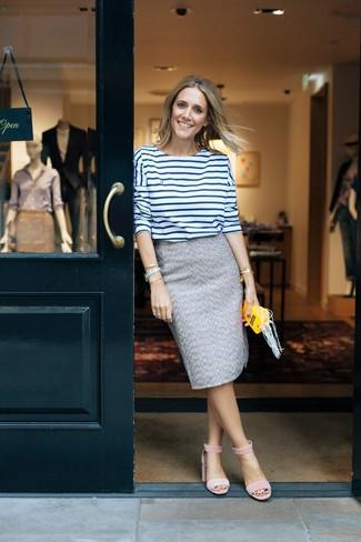 Cómo combinar: camiseta de manga larga de rayas horizontales en blanco y azul marino, falda lápiz de tweed gris, sandalias de tacón de ante rosadas, pulsera dorada