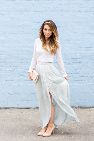 Cómo combinar: camiseta de manga larga blanca, falda larga celeste, zapatos de tacón de cuero en beige, cartera sobre de satén en beige