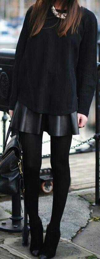 Cómo combinar: camiseta de manga larga negra, falda skater de cuero negra, botines de ante negros, bolso de hombre de cuero negro
