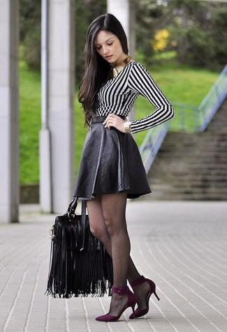 Cómo combinar: camiseta de manga larga de rayas verticales en blanco y negro, falda skater de cuero negra, zapatos de tacón de ante morado, bolsa tote de cuero negra