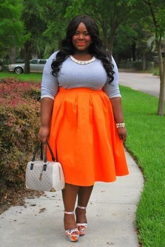 Cómo combinar: camiseta de manga larga gris, falda campana naranja, sandalias de tacón de cuero plateadas, bolsa tote de cuero acolchada gris