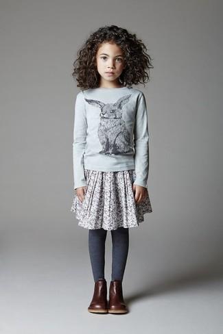 Cómo combinar: camiseta de manga larga gris, falda gris, botas en marrón oscuro, medias azul marino