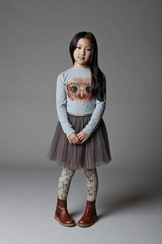 Cómo combinar: camiseta de manga larga estampada gris, falda de tul gris, botas de cuero en marrón oscuro, medias en beige