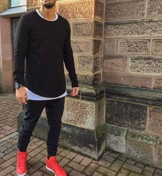 Cómo combinar: camiseta de manga larga negra, camiseta con cuello circular blanca, pantalón de chándal negro, deportivas rojas