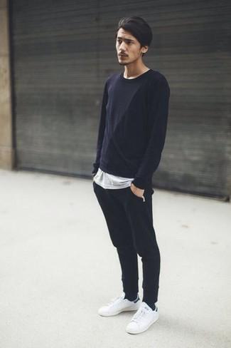 Cómo combinar: camiseta de manga larga negra, camiseta con cuello circular gris, pantalón de chándal negro, tenis de cuero blancos