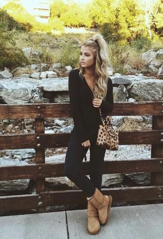 Look de moda: Camiseta de manga larga negra, Pantalones pitillo negros, Botas ugg marrón claro, Bolso bandolera de cuero de leopardo marrón claro