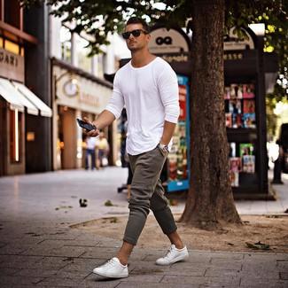 Cómo combinar: camiseta de manga larga blanca, pantalón de chándal gris, tenis blancos, gafas de sol negras