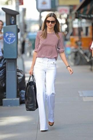Cómo combinar: camiseta de manga larga a lunares roja, pantalones anchos blancos, sandalias de tacón de cuero marrónes, bolsa tote de cuero negra
