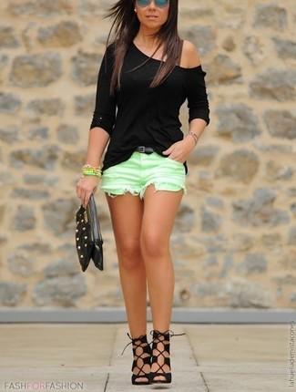 Cómo combinar: camiseta de manga larga negra, pantalones cortos en verde menta, sandalias romanas de ante negras, cartera sobre de cuero con tachuelas negra