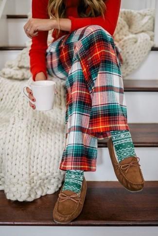 Cómo combinar: camiseta de manga larga roja, pantalones de pijama de tartán en verde y rojo, náuticos de ante marrónes, calcetines estampados verdes
