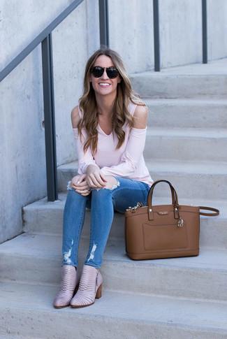 Cómo combinar: camiseta de manga larga rosada, vaqueros pitillo desgastados azules, botines de cuero rosados, bolsa tote de cuero marrón