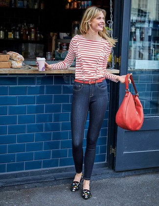 Cómo combinar: camiseta de manga larga de rayas horizontales en blanco y rojo, vaqueros pitillo azul marino, mocasín de ante bordados negros, bolsa tote de cuero roja