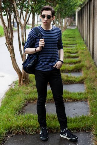 Cómo combinar: camiseta de manga larga de rayas horizontales azul, vaqueros pitillo negros, tenis de estrellas en negro y blanco, mochila de lona azul marino
