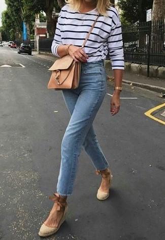 Cómo combinar: camiseta de manga larga de rayas horizontales en blanco y azul marino, vaqueros celestes, sandalias con cuña de lona en beige, bolso bandolera de cuero marrón claro