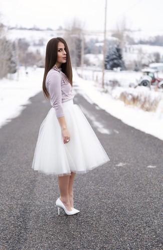 Cómo combinar: camiseta de manga larga violeta claro, falda campana de tul blanca, zapatos de tacón de cuero blancos, anillo blanco
