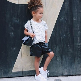 Cómo combinar: camiseta de rayas horizontales blanca, pantalones cortos de cuero negros, zapatillas blancas